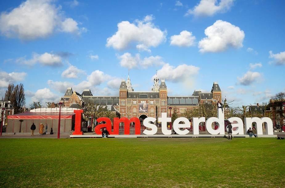 """Fachada do <a href=""""http://viajeaqui.abril.com.br/estabelecimentos/holanda-amsterda-atracao-rijksmuseum"""" rel=""""Rijksmuseum"""" target=""""_blank"""">Rijksmuseum</a>, em Amsterdã, com seu famoso trocadilho em forma de letreiro (que os turistas tanto amam)"""