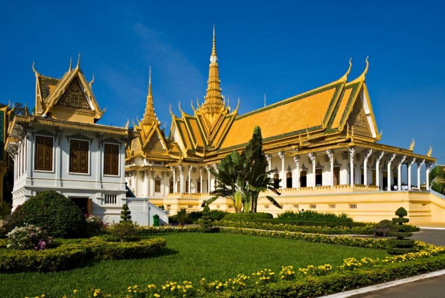 O complexo do Palácio Real de Phnom Penh apresenta edifícios singulares como a característica Sala do Trono, uma moderna construção que substituiu a primeira, do século 19. Destituída pelo Khmer Vermelho em meados do século 20, a monarquia foi restaurada em 1993