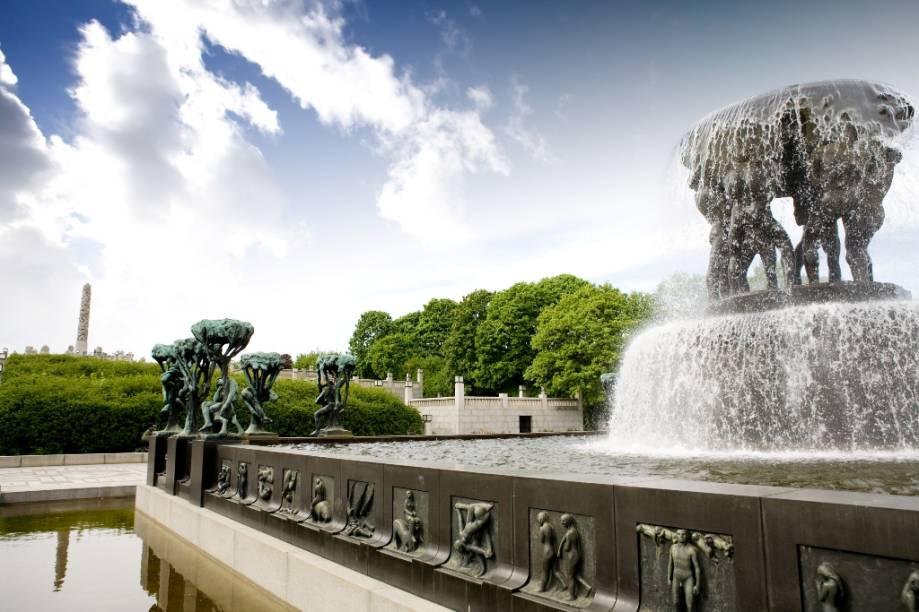 Gustav Vigeland esculpiu dezenas de estátuas em bronze e pedra, quase sempre com motivos sensuais ou bem humorados, para decorar o parque Frogner. O grande monolito. à esquerda, é um dos seus principais símbolos