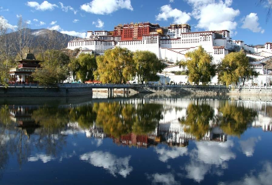 O Palácio Potala, em Lhasa, no Tibete, servia como residência do Dalai-Lama até 1959, quando o 14o. soberano asilou-se na Índia após a invasão chinesa. Sua construção iniciou-se no século 17 e em seu interior existem cerca de mil aposentos.