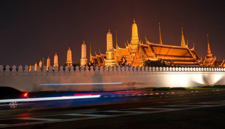 Não dá vontade de dormir em Bangcoc. Das badalas elétricas aos templos iluminados - como o Wat Phra Kaew, dos bares classudos às ruas repletas de jovens, tudo é um agito permanente