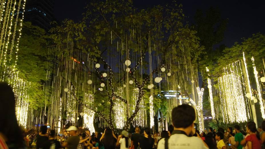 """<strong>Manila – Filipinas </strong>O único país católico do Sudeste Asiático recebe o Natal já em setembro com muitas comemorações e as festividades se estendem até janeiro. As celebrações acontecem majoritariamente em ambientes públicos, em festas coletivas. Em Manila, os mercados de Natal aparecem junto com decorações e iluminações especiais para celebrar o nascimento de Jesus<a href=""""http://www.booking.com/city/ph/manila.pt-br.html?aid=332455&label=viagemabril-natal"""" rel=""""Veja hotéis em Manila no booking.com"""" target=""""_blank""""><em>Veja hotéis em Manila no Booking.com</em></a>"""