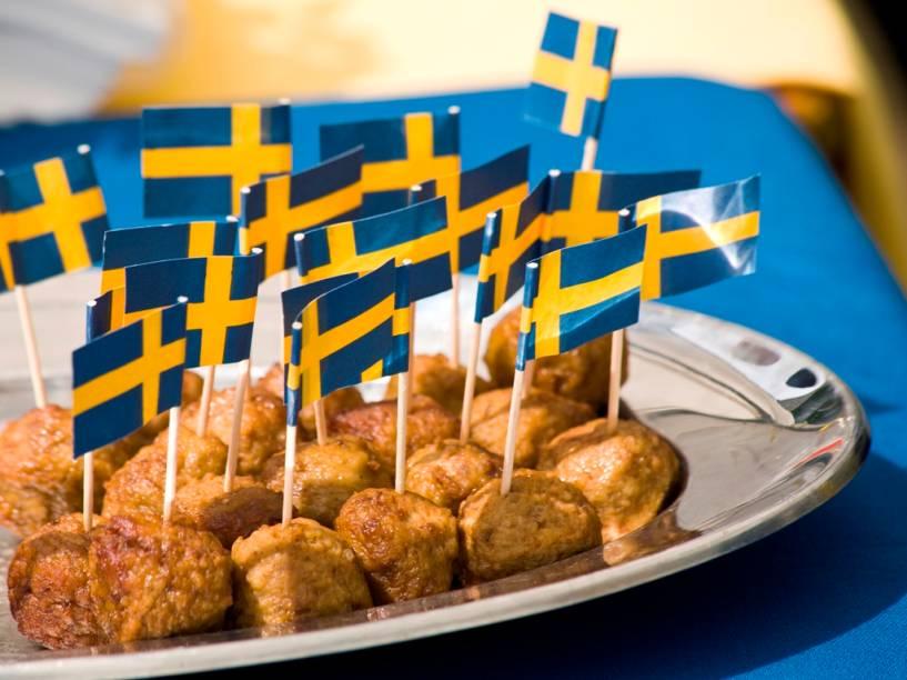 As almôndegas suecas köttbullar são onipresentes em qualquer festinha. Feita de carne de boi e porco, é provavelmente o prato sueco mais conhecido mundo afora