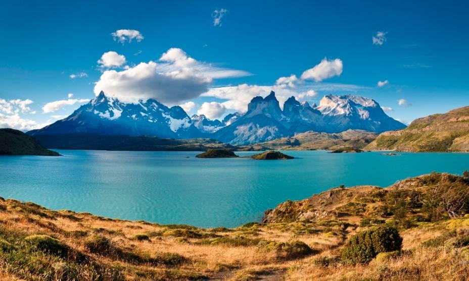 """Dois dos trekking mais clássicos em <strong><a href=""""http://viajeaqui.abril.com.br/cidades/chile-torres-del-paine"""" rel=""""Torres del Paine"""" target=""""_blank"""">Torres del Paine</a></strong> são o """"W"""", entre os vales e montanhas, e o """"O"""", que circunda todo o maciço. Apesar do clima inclemente e imprevisível da região, quando os dias abrem em céu azul as paisagens reafirmam o título não oficial de parque mais belo do Chile. É importante conferir se o acesso às trilhas está aberto."""