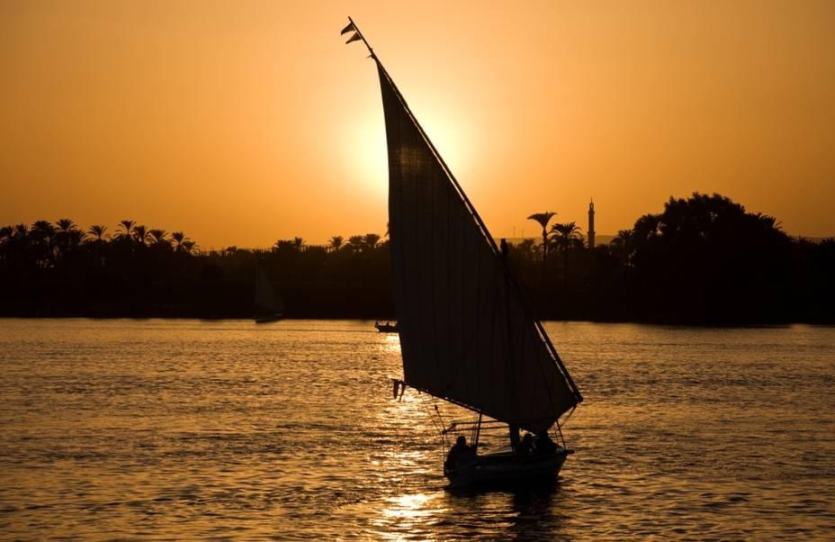As feluccas de velas triangulares são parte fundamental da paisagem do Nilo. Antes usadas como transporte de passageiros comuns e cargas, hoje basicamente servem aos turistas, tanto na versão para passeios curtos como na de cruzeiros de dois a quatro dias
