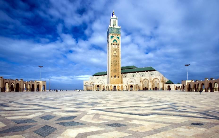 Com 210 metros de altura, o minarete da mesquita Hassan II, em Casablanca, é o mais alto do mundo. Sua base quadrangular e típicos motivos decorativos são a base do estilo do Magreb, também visto na Giralda de Sevilha, hoje uma catedral católica
