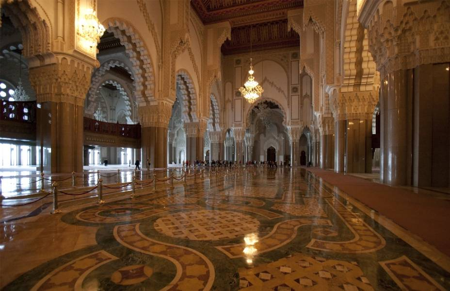 Localizada em um promontório sobre o Atlântico, a mesquita Hassan II, em Casablanca, é uma das maiores do planeta, podendo abrigar cerca de 100 mil fiéis. O amplo uso de materiais como mármore e granito conferiu ao conjunto um suave equilíbrio à sua arquitetura clássica, apesar do edifício ter sido projetado e construído no final do século passado