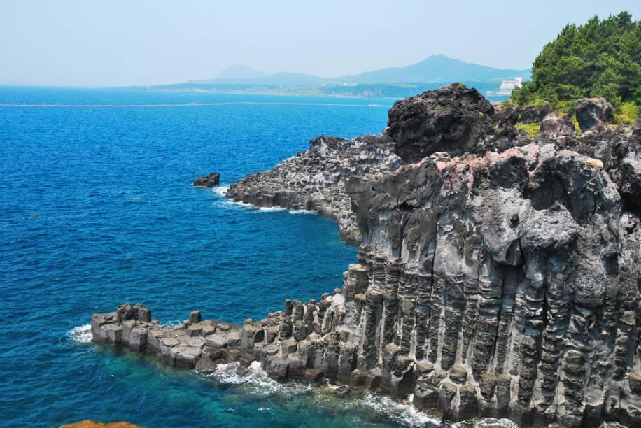 Jeju, a maior ilha da Coreia do Sul, abriga também o pico local mais alto do país: o Monte Halla, um vulcão adormecido cuja cratera está a 1.950 metros de altura. No seu entorno, ficam outros 300 vulcões menores
