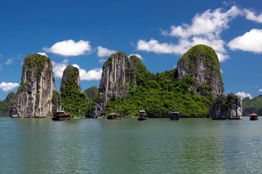 A Baía de Halong, no Vietnã, se estende por 1.553 quilômetros quadrados e conta com 1.969 ilhas de diversos tamanhos – muitas, desabitadas. Reúne 74 espécies exclusivas de flores e animais.