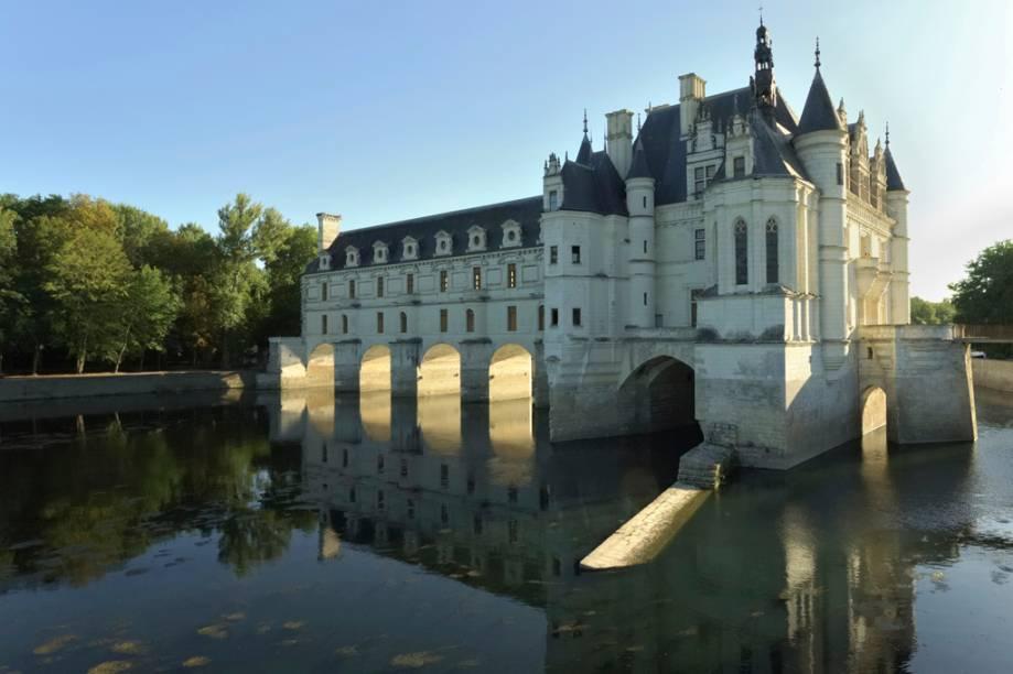 O Château Chenonceau, construído em 1513, é apoiado sobre um sistema de pilares no meio do Rio Cher e acessado via ponte, o que torna o passeio digno de livros de contos