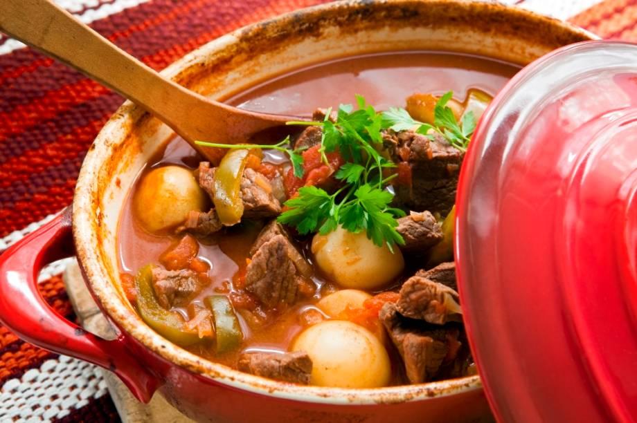 Muito mais que um prato com receita única, o goulash é uma ideia gastronômica. A mistura de vegetais e carne temperados com páprica tornou-se símbolo da Hungria e compõe a mesa de vários países da Europa Central. Pode ser servido como sopa ou acompanhado de massas que se assemelham a um nhoque