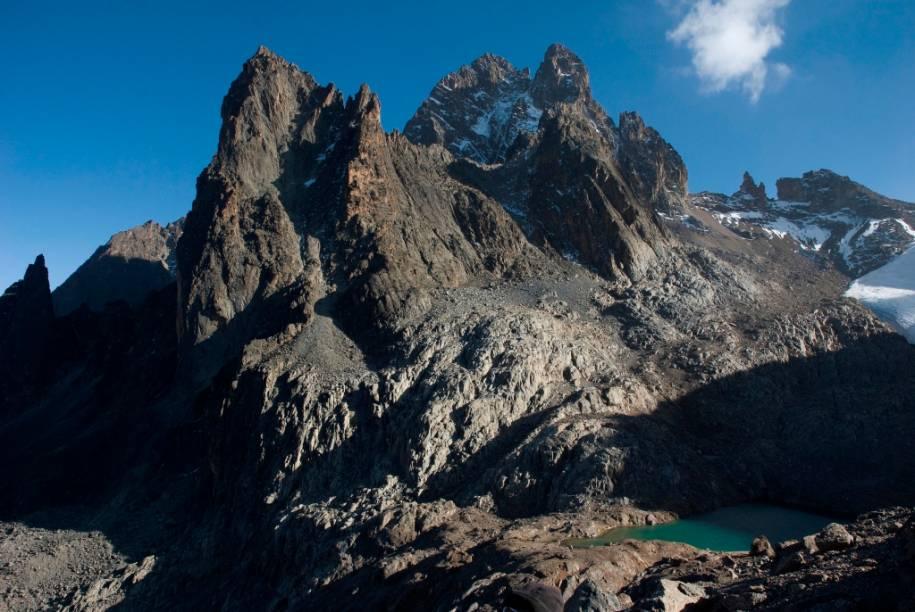 O vulcão extinto Monte Quênia é a segunda mais alta montanha da África, com 5199 metros. Apesar de se encontrar quase junto à linha do Equador ele apresenta várias pequenas geleiras