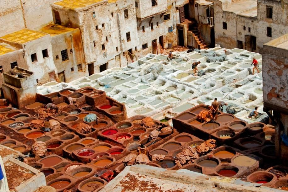 Uma das mais incríveis visões de Fez são os multicoloridos tanques utilizados pelos curtumes para tratar o couro. Depois de processar o couro, tornando-o durável e resistente, homens tingem as peles em um ambiente insalubre