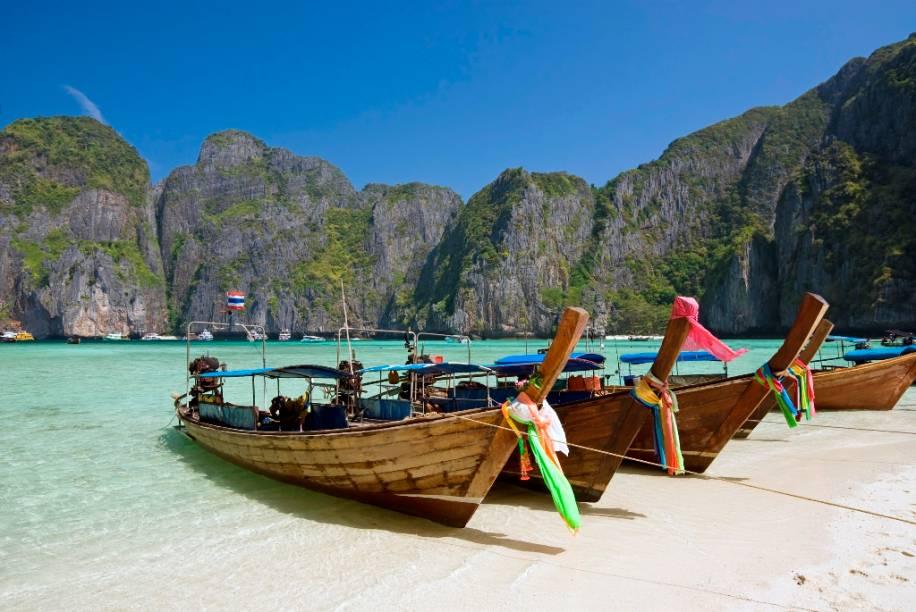 """A Baía Maya, na ilha Phi Phi Leh, no sul da <a href=""""http://viagemeturismo.abril.com.br/paises/tailandia/"""">Tailândia</a>, ficou internacionalmente conhecida como o set de filmagem de <em>A Praia</em>, estrelada por Leonardo di Caprio. Atributos naturais para considerá-la um paraíso é o que não faltam"""