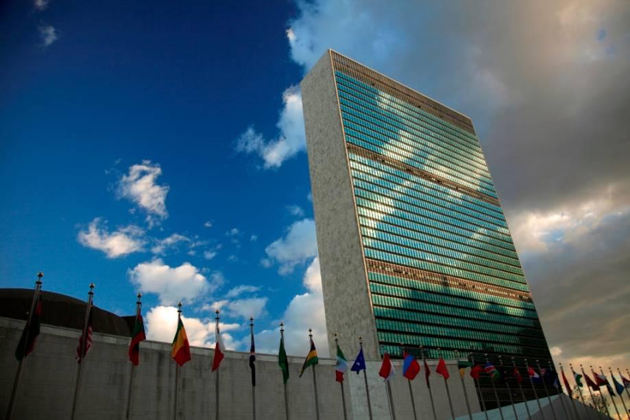 """O e<a href=""""http://viajeaqui.abril.com.br/estabelecimentos/estados-unidos-nova-york-atracao-united-nations-onu"""" rel=""""difício-sede da ONU"""">difício-sede da ONU</a>, em <a href=""""http://viajeaqui.abril.com.br/cidades/estados-unidos-nova-york"""" rel=""""Nova York"""">Nova York</a>, nos Estados Unidos, foi feito sob supervisão de uma comissão de notáveis de todo o globo. Inaugurado na década de 1950, as linhas finais seguem diretrizes básicas de Niemeyer e Le Corbusier"""