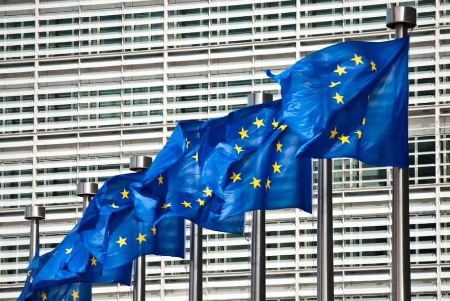 Bruxelas é a capital da União Europeia e sede de seu parlamento. Curiosamente também é a capital de um dos países que mais sustentam ideias separatistas entre sua população do norte, na industrializada e holandesa Flandres, e a do sul, a mais agrícola e francesa Valônia