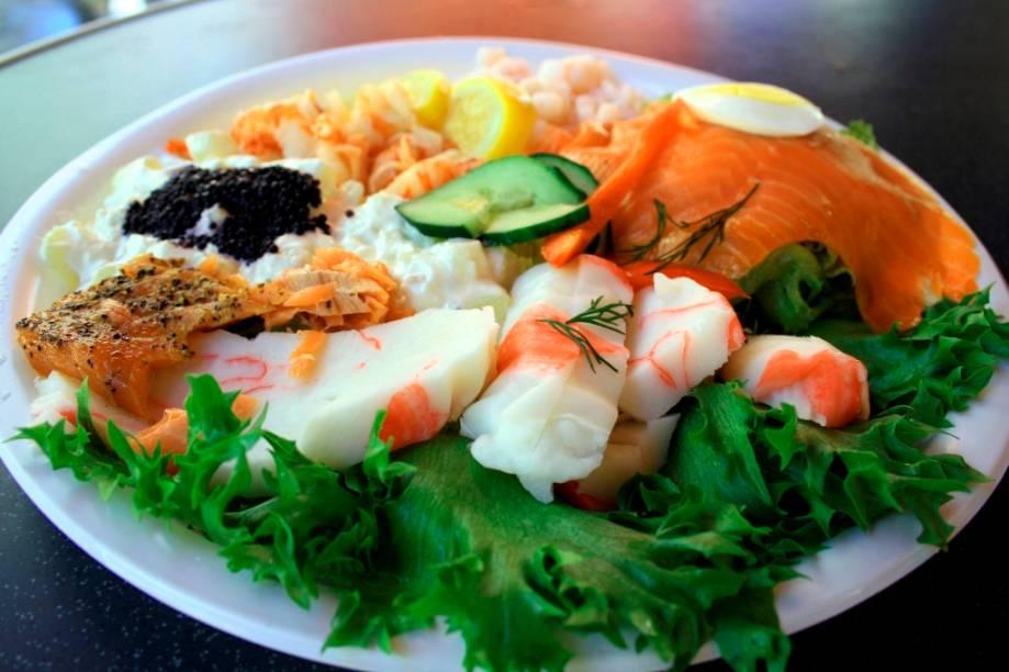 Boa parte da gastronomia norueguesa é baseada em pratos que utilizam diferentes tipos de frutos do mar como base. Caranguejos, salmões defumados, trutas e ovas são apenas alguns dos ingredientes para deliciosas saladas e sanduíches