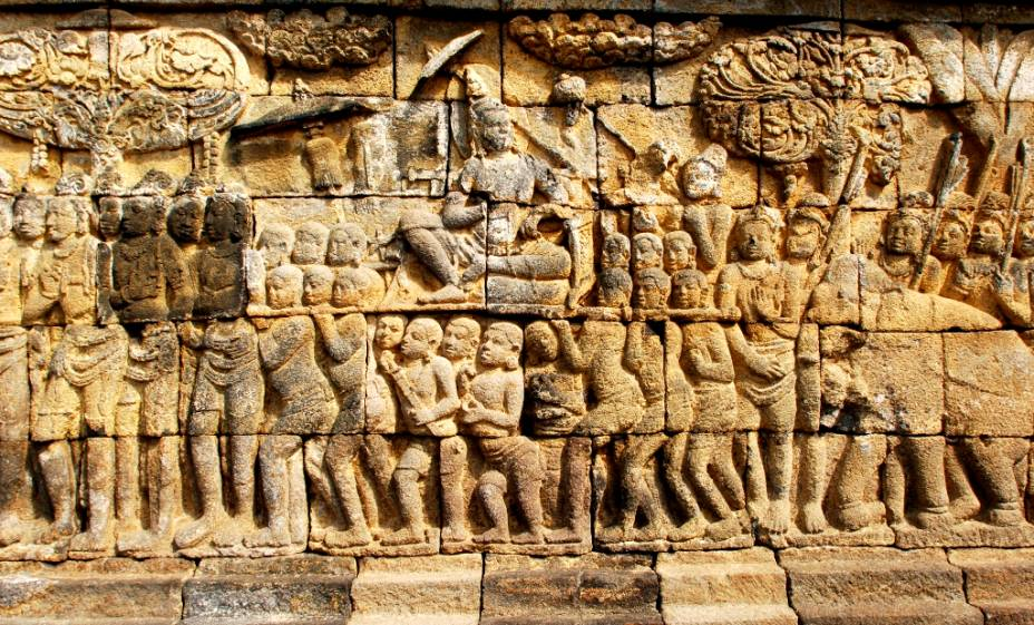 Nas múltiplas plataformas de Borobodur encontram-se estátuas e relevos finamente esculpidos na rocha. As narrativas contam a vida do príncipe Sidharta, a lei do Karma, entre outras histórias