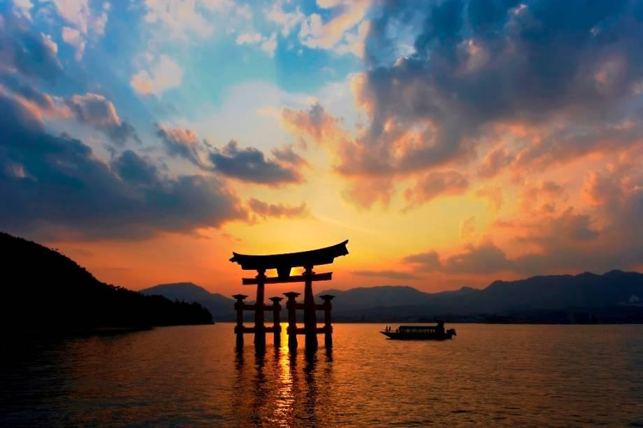Portal flutuante torii na ilha de Itsukushima, em Hiroshima. Também conhecida como Miyajima a ilha do santuário, o local é patrimônio da humanidade pela Unesco