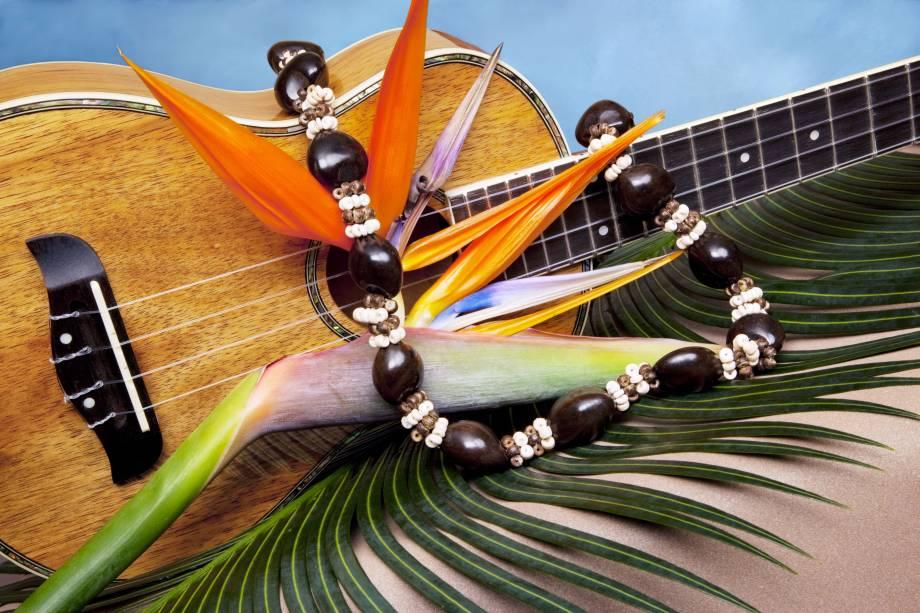 """<strong>Ukulele</strong><br />  O instrumento musical típico do Havaí, o ukulele chegou ao arquipélago junto com os trabalhadores da Ilha da Madeira no final do século XIX, que foram para lá cultivar de cana-de-açúcar. Ukulele significa """"pulga saltitante"""" no idioma havaiano. Além dos britânicos e madeirenses, as ilhas havaianas receberam imigrantes da França, Espanha, China e Japão."""