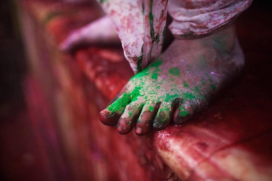 Para entrar no templo, só com os pés descalços (ou de meias) - mesmo que você esteja no meio do Holi, o Festival das Cores