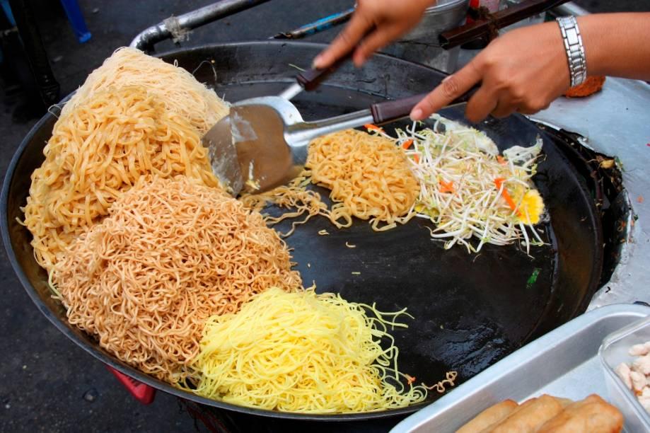 Em Bangcoc, o que pega é a comida de rua. A incrível mistura de ingredientes frescos e sabores que sobem e descem latitudes entre o salgado, doce, azedo e apimentado, faz a festa dos glutões