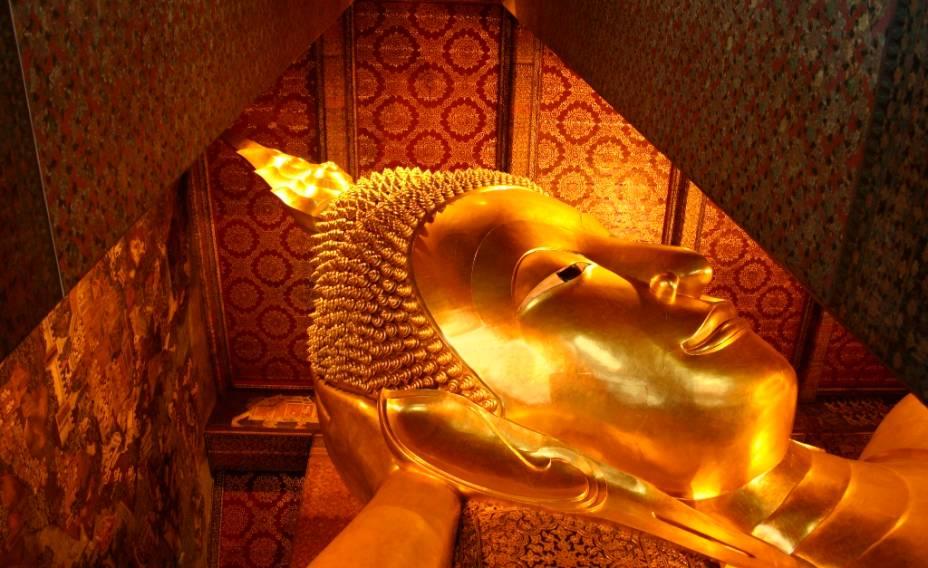 Com mais de 40 metros de comprimento, o Buda Reclinado é uma das grandes atrações do templo Wat Pho, no centro de Bangcoc