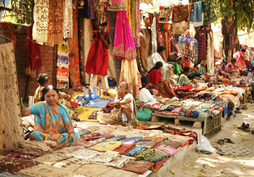 Mercado de seda nas ruas de Délhi, Índia