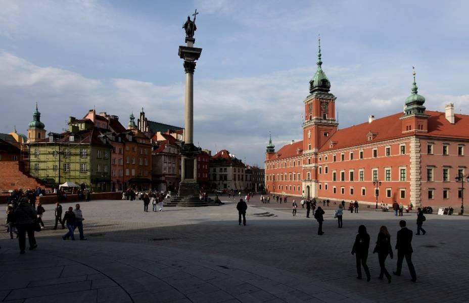 """Tudo que vemos aqui, apesar de possuir uma certa atmosfera setecentista, foi construído ao longo do século 20. Ou melhor, reconstruído. Totalmente destruída ao final da II Grande Guerra, <a href=""""http://viajeaqui.abril.com.br/cidades/polonia-varsovia"""" rel=""""Varsóvia """" target=""""_blank""""><strong>Varsóvia</strong> </a>sofreu um longo e acurado processo de recuperação, com monumentos como a Coluna de Sigismundo (ao centro) e o Castelo Real (à direita) sendo reproduzidos nos mínimos detalhes. A cidade receberá partidas da primeira fase, quartas e semi-final da Eurocopa"""