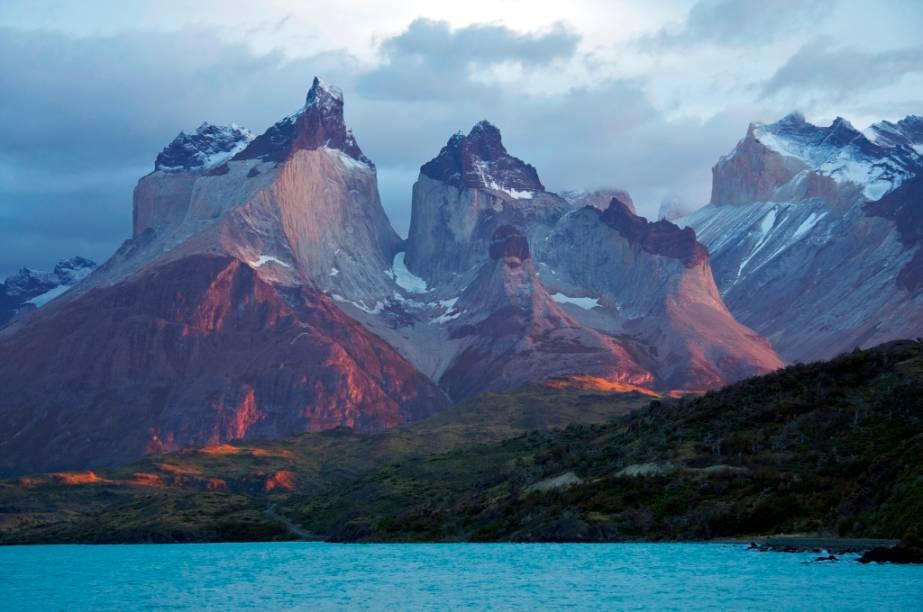 O <strong>Maciço Paine</strong> é uma impressionante aula de geologia, com seus diferentes estratos rochosos. Seu topo é formado por uma grande camada sedimentar (já inexistente nas torres), enquanto que a parte intermediária é de granito. Vento, gelo e terremotos contribuíram na forma singular das montanhas, repleta de picos e vales