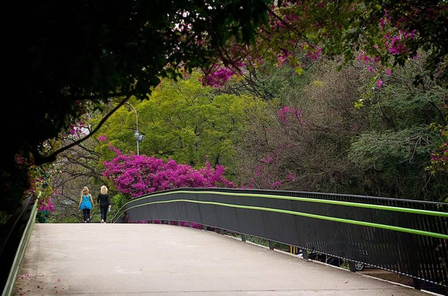 """<strong>4. <a href=""""http://viajeaqui.abril.com.br/cidades/br-rs-porto-alegre"""" rel=""""Porto Alegre """" target=""""_blank"""">Porto Alegre </a></strong>No final de semana do Dia dos Pais, o frio ainda deve fazer parte da atmosfera da cidade. Aproveite o final de semana como um gaúcho. Vale a pena visitar a <a href=""""http://viajeaqui.abril.com.br/estabelecimentos/br-rs-porto-alegre-atracao-fundacao-ibere-camargo"""" rel=""""Fundação Iberê Camargo"""" target=""""_blank"""">Fundação Iberê Camargo</a>, o <a href=""""http://viajeaqui.abril.com.br/estabelecimentos/br-rs-porto-alegre-atracao-memorial-do-rio-grande-do-sul"""" rel=""""Memorial do Rio Grande do Sul"""" target=""""_blank"""">Memorial do Rio Grande do Sul</a> e o clássico <a href=""""http://viajeaqui.abril.com.br/estabelecimentos/br-rs-porto-alegre-atracao-parcao-moinhos-de-vento"""" rel=""""Parcão"""" target=""""_blank"""">Parcão</a>.Veja uma sugestão de roteiro de <a href=""""http://viajeaqui.abril.com.br/materias/48-horas-em-porto-alegre"""" rel=""""48 horas em Porto Alegre"""" target=""""_blank""""><strong>48 horas em Porto Alegre</strong></a>"""