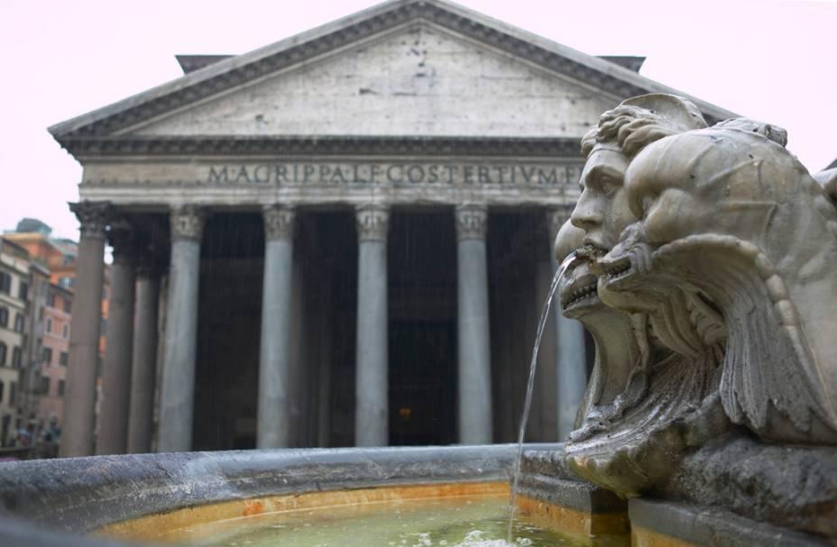 """O <a href=""""http://viajeaqui.abril.com.br/estabelecimentos/italia-roma-atracao-pantheon-panteao"""" rel=""""Panteão"""">Panteão</a>, em <a href=""""http://viajeaqui.abril.com.br/cidades/italia-roma"""" rel=""""Roma"""" target=""""_self"""">Roma</a>, mantém praticamente a mesma aparência nos seus dois mil anos de existência. A imensa abertura no teto permite a passagem de luz natural, iluminando o interior do prédio que foi convertido em igreja Católica no século 7"""
