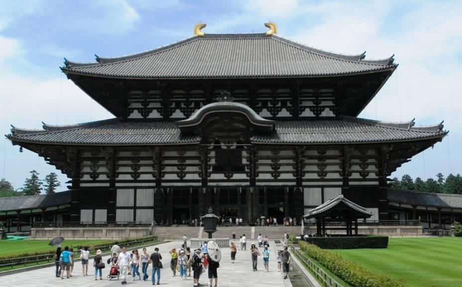 O prédio principal do templo Todaiji de Nara abriga uma gigantesca imagem de Buda e é um dos maiores prédios de madeira do mundo