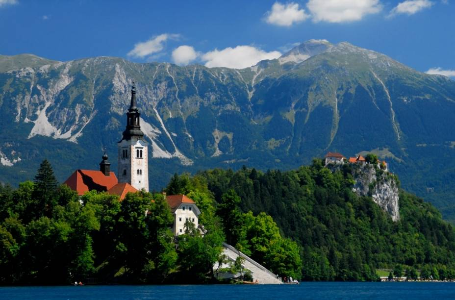"""Esta é uma ilha diferente em nossa lista. Bled fica em um laguinho pristino e simplesmente encantador no interior da <a href=""""http://viagemeturismo.abril.com.br/paises/eslovenia/"""">Eslovênia</a>"""