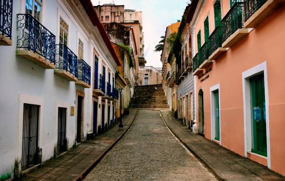 """A ilha do amor, como <a href=""""http://viajeaqui.abril.com.br/cidades/br-ma-sao-luis"""" target=""""_self"""">São Luís</a>é conhecida, foi fundada por franceses, ocupada por holandeses, colonizada por portugueses e recebeu milhares de escravos africanos. Como se isso não bastasse, esse caldeirão cultural recebeu pitadas do tempero de outras nações, como a Jamaica, que contribuiu com o reggae, ouvido em cada barzinho local. O centro da cidade maranhense, considerado <strong>Patrimônio Mundial da Humanidade</strong> pela Unesco, conta com quatro mil imóveis de típico desenho colonial português, mas infelizmente a maioria está deteriorada"""