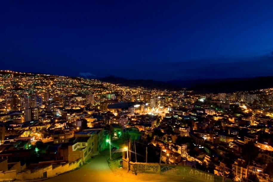 """Segunda maior cidade boliviana depois de Santa Cruz, <a href=""""http://viajeaqui.abril.com.br/cidades/bolivia-la-paz"""" rel=""""La Paz"""" target=""""_blank"""">La Paz</a> é a sede administrativa do país, enquanto que Sucre é a capital oficial. Localizada em um caldeirão montanhoso sobre os Andes, descer de avião na cidade é sempre uma boa história a ser contada"""