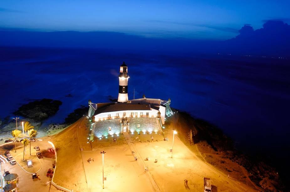 O Farol da Barra visto de cima, à noite, em Salvador