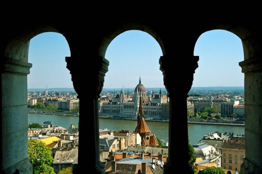 Vista do parlamento húngaro a partir do bastião dos pescadores, no Castelo de Buda
