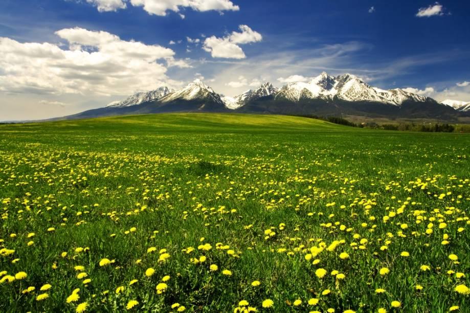 Os Montes Tatras, na fronteira entre a Polônia e a Eslováquia, são considerados os picos mais altos dos Cárpatos, região que abriga as montanhas da Europa