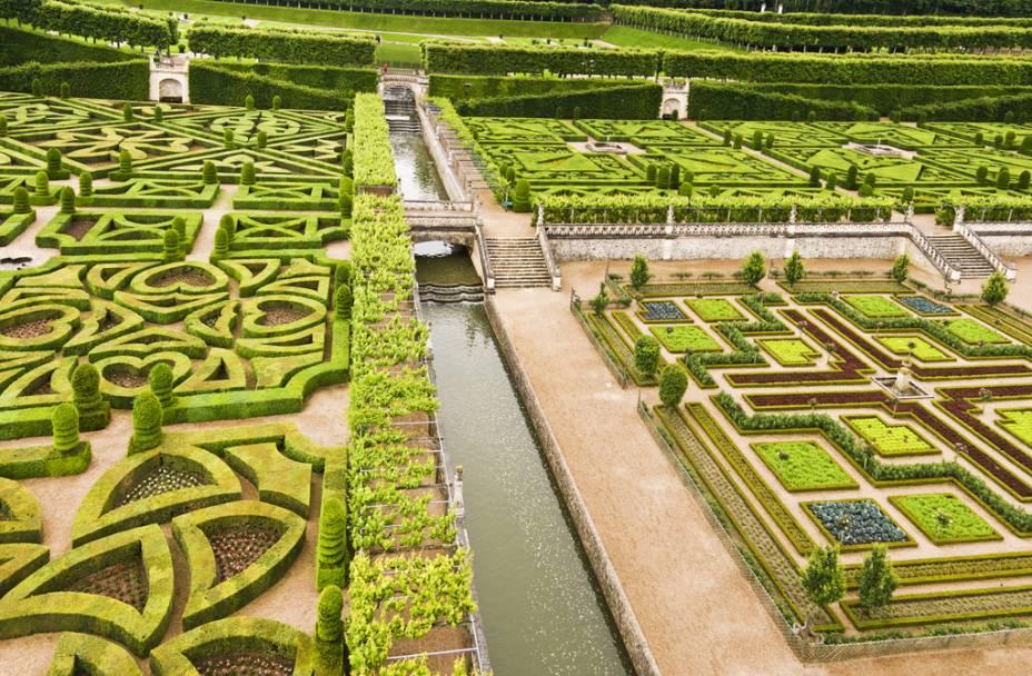 O incrível jardim renascentista do château de Villandry, no Vale do Loire, foi elaborado pelo espanhol Joachim Carvallo no século 20. O estilo resgatou conceitos de amplas alamedas, padrões geométricos, terraços e espelhos dágua concebidos por André Le Nôtre (1613-1700), o mestre responsável pelo projeto de Versalhes