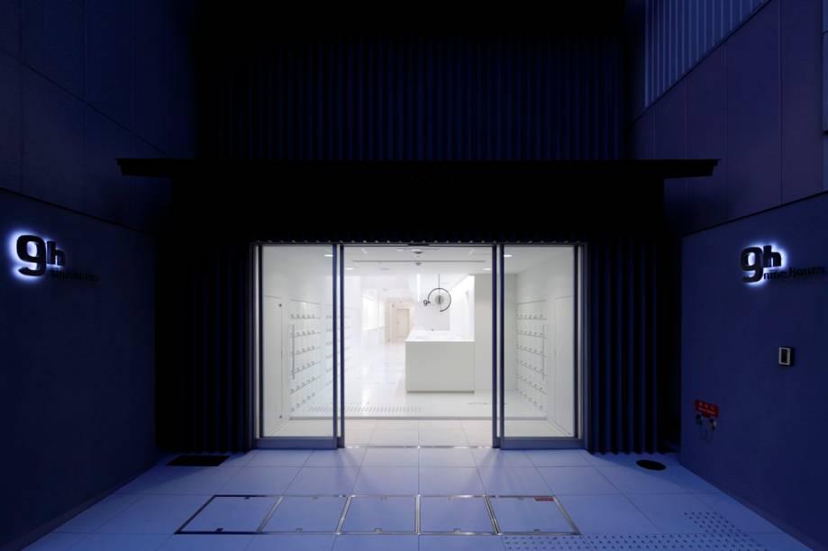 Entrada do hotel cápsula 9 hours, Kyoto, Japão. Esse tipo de hospedagem teve um boom nos anos 1980, quando, por conta de longas horas extras, executivos perdiam o último trem ou metrô para retornar às suas casas. Por isso mesmo a maioria desses estabelecimentos está convenientemente localizada próxima a estações ferroviárias