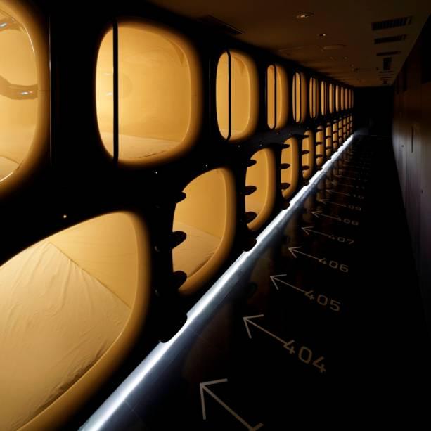Os quartos são nichos enfileirados, como casulos. Cada cápsula possui isolamento acústico e térmico para tentar garantir máximo silêncio e privacidade, mesmo considerando que os hóspedes estão praticamente empilhados uns sobre os outros