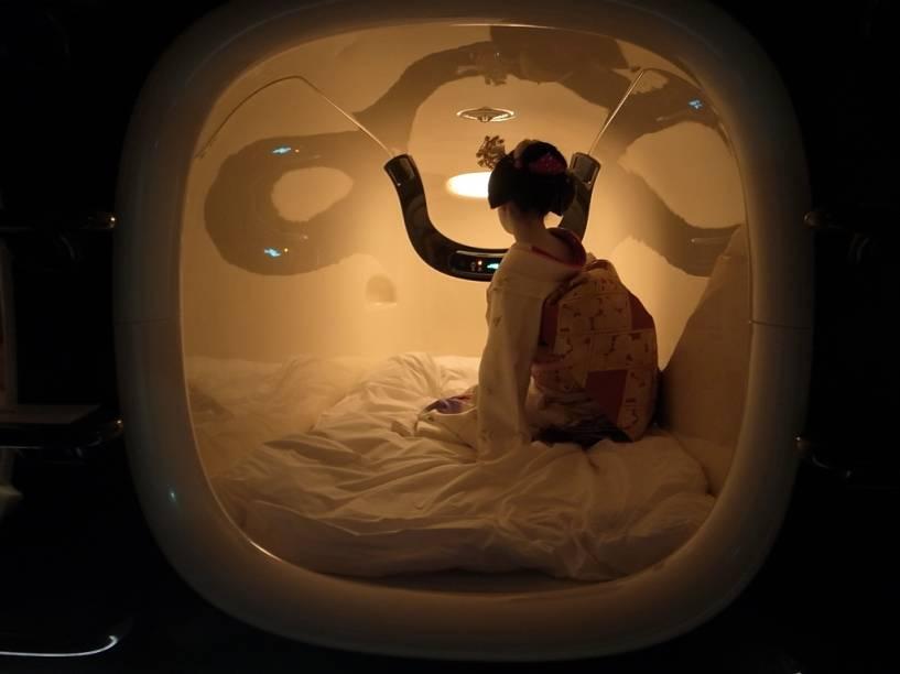 Apesar de diminutos, os nichos acomodam um adulto com certo conforto. Edredons e travesseiros foram especialmente projetados para o espaço, que conta com controle de temperatura e rádio-relógio. A aprendiz de gueixa não está inclusa