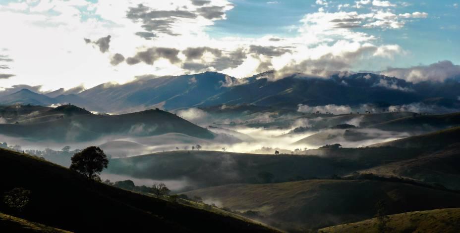 """<a href=""""http://viajeaqui.abril.com.br/cidades/br-sp-cunha"""" rel=""""Cunha, São Paulo"""" target=""""_self""""><strong>Cunha, São Paulo </strong></a>Conhecida como a terra dos ceramistas, a cidade conta com ateliês, paisagens charmosas (inclua aqui belas cachoeiras) e pousadas que se escondem entre as montanhas. Durante o mês de julho, o <a href=""""http://viajeaqui.abril.com.br/estabelecimentos/br-sp-cunha-atracao-festival-de-inverno"""" rel=""""Festival de Inverno"""" target=""""_self"""">Festival de Inverno</a> faz a alegria dos turistas, com shows, eventos gastronômicos e apresentações de orquestras. Passeios como o <a href=""""http://viajeaqui.abril.com.br/estabelecimentos/br-sp-cunha-atracao-parque-estadual-da-serra-do-mar-nucleo-cunhaindaia"""" rel=""""Parque Estadual da Serra do Mar"""" target=""""_self"""">Parque Estadual da Serra do Mar</a> e a <a href=""""http://viajeaqui.abril.com.br/estabelecimentos/br-sp-cunha-atracao-pedra-da-macela"""" rel=""""Pedra da Macela"""" target=""""_self"""">Pedra da Macela</a> oferecem caminhadas pela natureza e vistas impressionantes<em><a href=""""http://www.booking.com/city/br/cunha-br.pt-br.html?sid=5b28d827ef00573fdd3b49a282e323ef;dcid=1?aid=332455&label=viagemabril-destinos-economicos-de-inverno-no-brasil"""" rel=""""Veja preços de hotéis em Cunha no Booking.com"""" target=""""_blank"""">Veja preços de hotéis em Cunha no Booking.com</a></em>"""