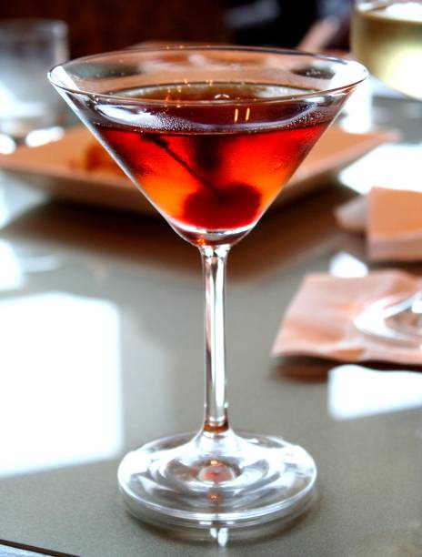 """<strong>13. Manhattan – <a href=""""http://viajeaqui.abril.com.br/cidades/estados-unidos-nova-york"""" rel=""""Nova York – EUA"""" target=""""_blank"""">Nova York – EUA</a> </strong>                    Este drink foi criado no Manhattan Club no começo dos anos 1870. Preparado tradicionalmente com uísque americano, mais especificamente o de centeio, vermute doce e Angostura com uma cereja para decorar, é um coquetel forte que equilibra sabores amargo, doce e amadeirado – tão complexo quanto a megalópole que lhe deu origem. Na cidade, bares que se prezem têm o Manhattan logo no começo do cardápio.                    <strong>Experimente em casa: </strong>em um recipiente cheio de gelo, misture 50ml de uísque e 20ml de vermute doce com duas gotinhas de Angostura. Coe e sirva em uma taça de martini decorado com uma cereja marrasquino."""
