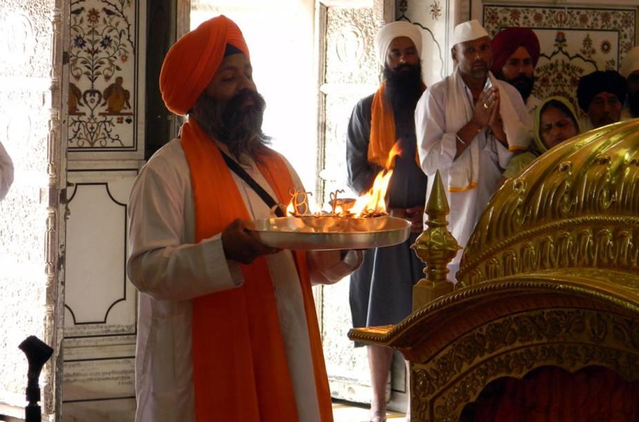 Fogo, fores e preces na cerimônia Aarti, que rola todas as tardes na beira do Ganges, no ashram Parmath