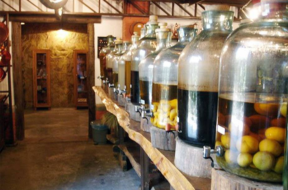 """Em meio aos diversos ateliês da cidade,<a href=""""http://viajeaqui.abril.com.br/estabelecimentos/br-sp-santo-antonio-do-pinhal-atracao-a-bodega"""" target=""""_blank""""> A Bodega</a> expõe em garrafões para degustação seus mais de 40 sabores de cachaça. Os sabores uva e jurupinga são os campões de audiência."""