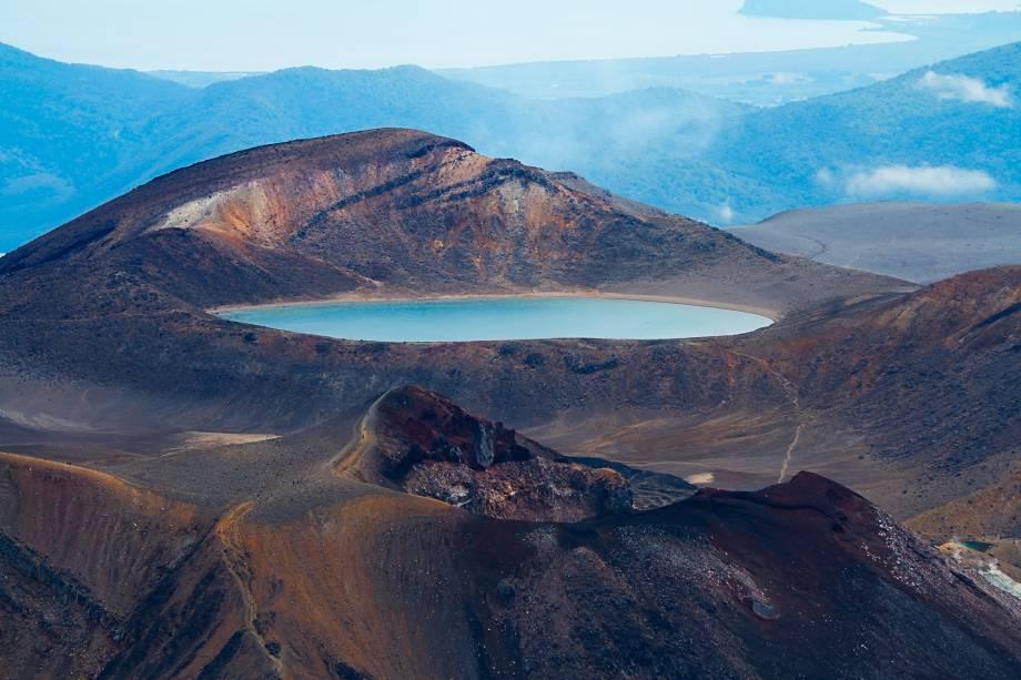 <em><strong>Tongariro National Park </strong></em>-<strong></strong>Considerado um dos Patrimônios da Humanidade, o Tongariro National Park combina paisagens diferentes em um mesmo lugar, com lagos cor de esmeralda, prados alpinos e fontes termais