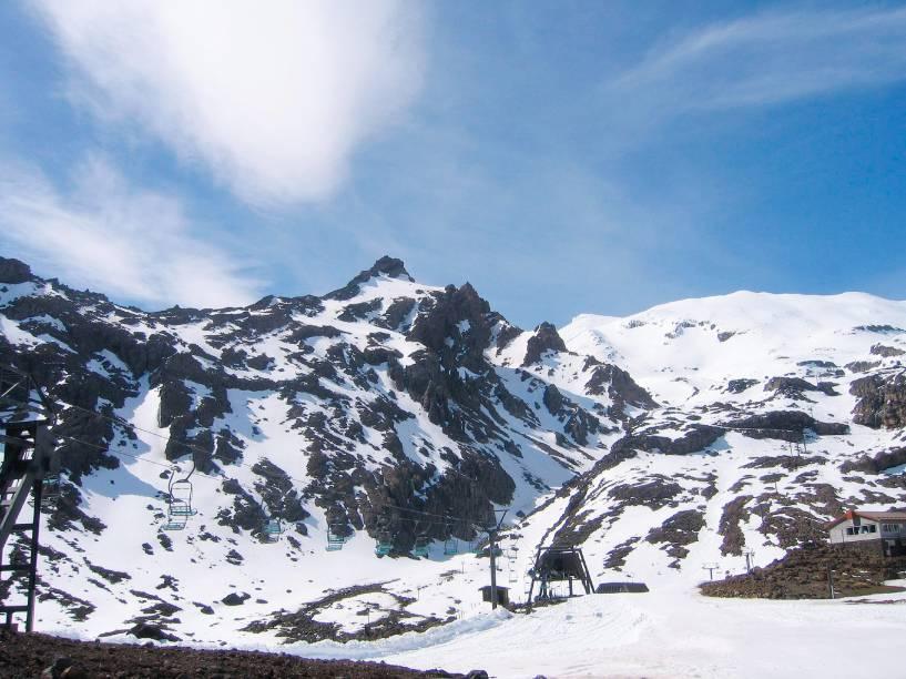 <em><strong>Tongariro National Park</strong></em>- Este é o parque mais antigo da Nova Zelândia. Criado em 1887, está localizado a 300 quilômetros da capital. A atração turística abriga os vulcões Tongariro – cuja última erupção ocorreu em 2012 -, Ngauruhoe e Ruapehu ao longo dos seus cerca de 80 mil hectares de extensão