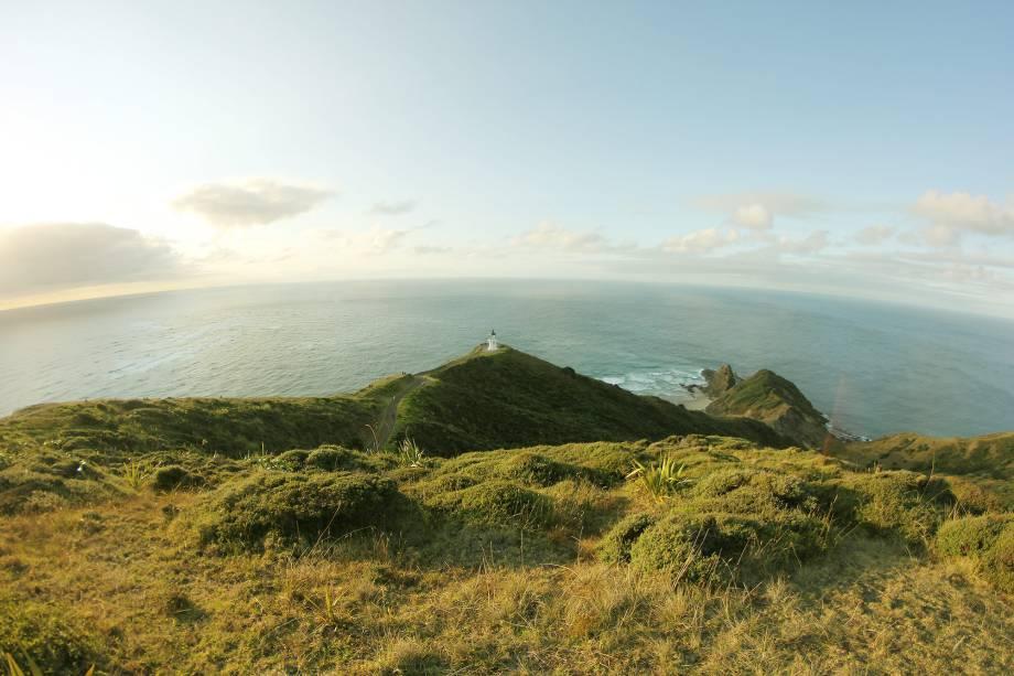 <em><strong>Cape Reinga</strong></em><span> - </span>Segundo crenças maoris, Cape Reinga é o local onde os espíritos se desprendem, pulam da tradicional árvore neozelandesa, a pohutukawa, em direção ao mar para voltarem à terra natal ancestral de Hawaiki. Cape Reinga tem uma energia forte que combina as tradições maoris à paisagem encantadora. Para quem tem tempo disponível, existem diversas trilhas, de níveis de dificuldade e extensões diferentes, que dão acesso a praias paradisíacas e desérticas na região